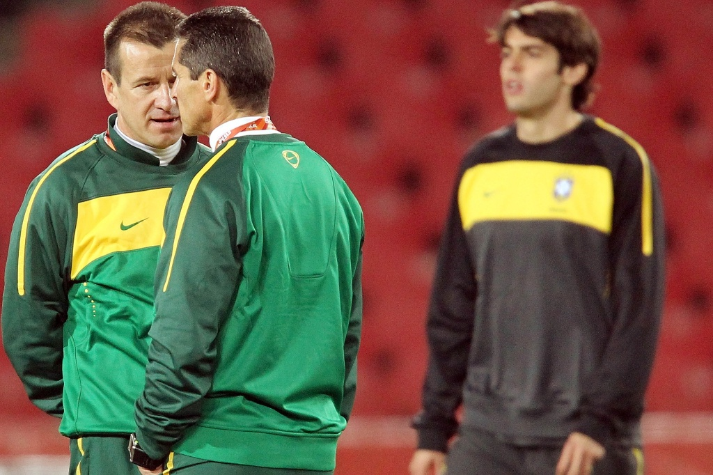 Dunga (e) e Jorginho conversam durante treino da seleção brasileira no estádio Ellis Park