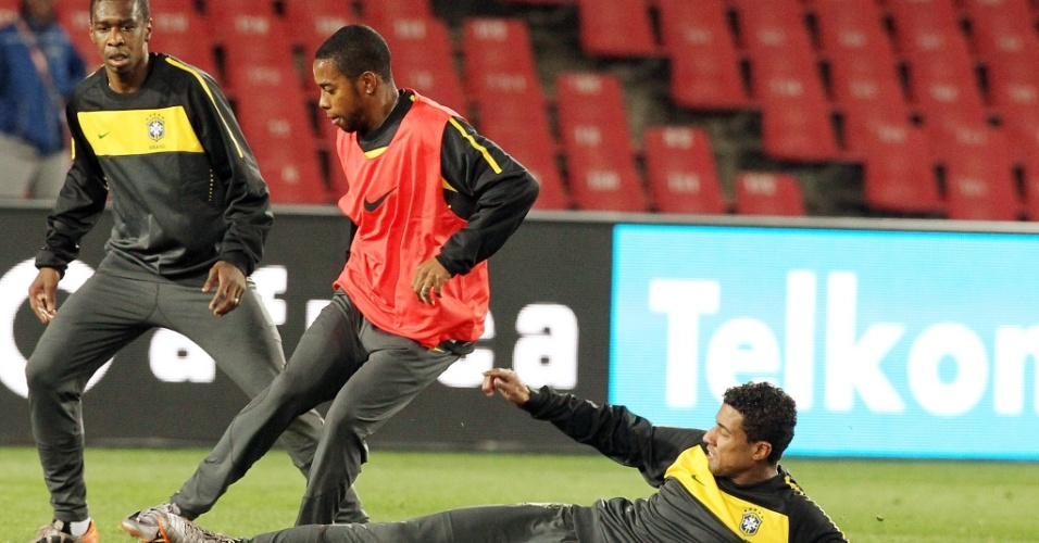 Kleberson tenta desarmar Robinho durante treino da seleção brasileira no estádio Ellis Park
