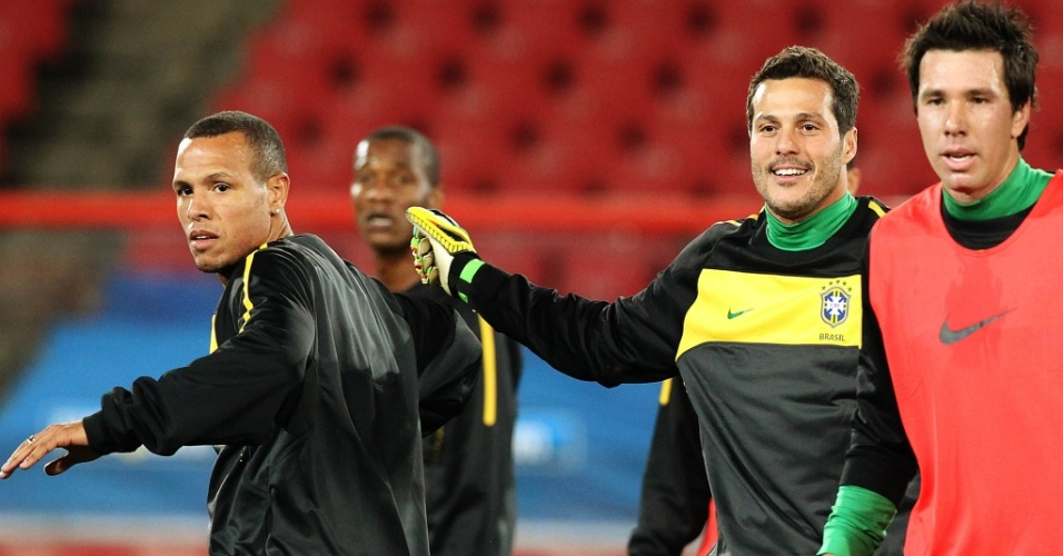 Luis Fabiano (e), Doni e Julio Cesar são fotografados durante treino da seleção brasileira no estádio Ellis Park