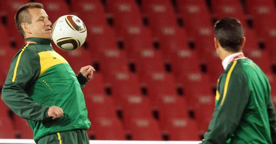 Observado por Jorginho, Dunga relembra os velhos tempos e mata a bola no peito durante treino da seleção brasileira no estádio Ellis Park