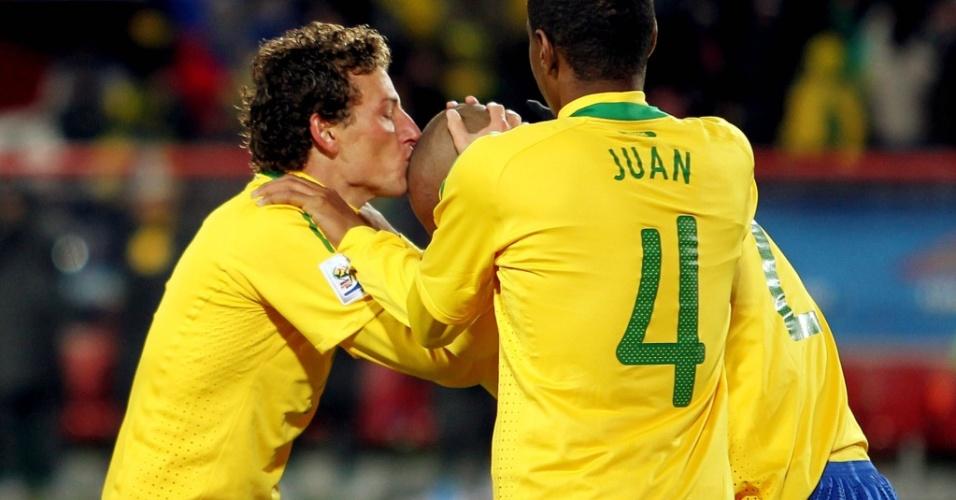 Elano beija a cabeça de Maicon, autor do primeiro gol do Brasil contra a Coreia do Norte