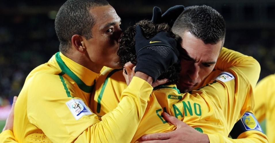 Elano (c) é cumprimentado por Gilberto Silva (e) e Lúcio ao marcar o segundo gol do Brasil contra a Coreia do Norte