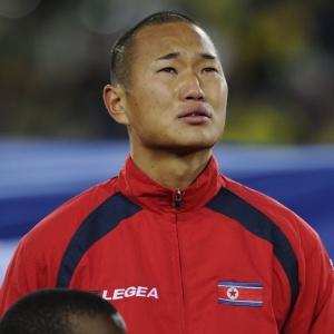 Jong Tae-Se chora ao ouvir o hino nacional norte-coreano antes da partida contra o Brasil; atacante escapou de castigo por campanha na Copa-2010