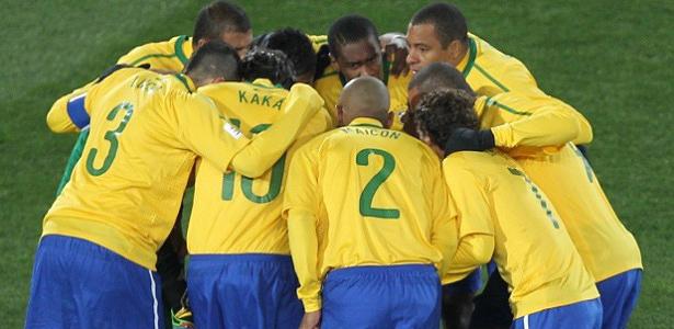 Jogadores se reúnem no Ellis Park minutos antes da partida contra a Coreia do Norte