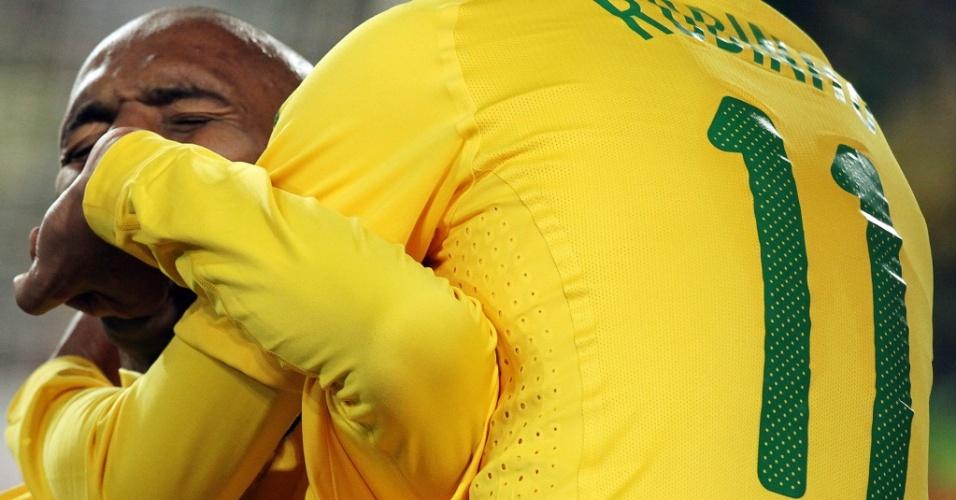 Maicon beija a aliança e se emociona ao abrir o placar para o Brasil contra a Coreia do Norte