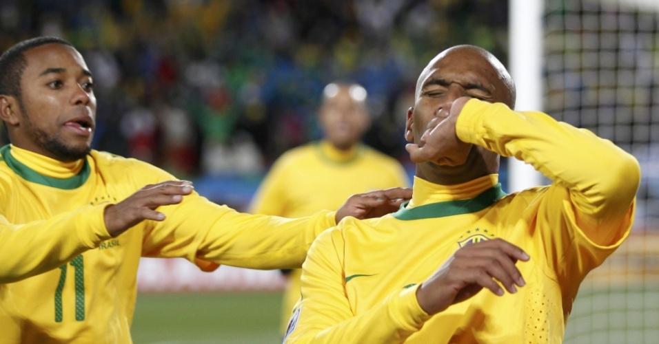 Maicon (d) comemora ao abrir o placar para o Brasil contra a Coreia do Norte