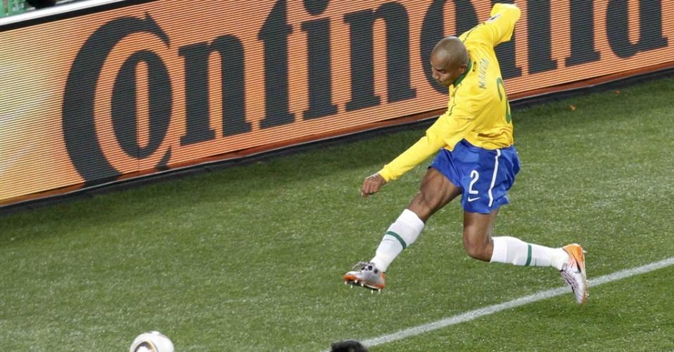 Maicon dispara um chute forte cruzado e abre o placar para o Brasil contra a Coreia do Norte