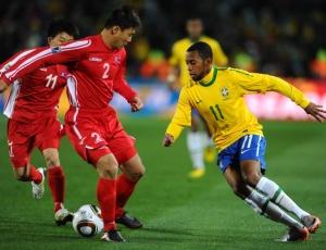 Robinho foi um dos mais ativos em campo e deu a assistência para o gol de Elano, o segundo do time