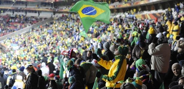 Torcedor ergue bandeira do Brasil na estreia da seleção na Copa do Mundo