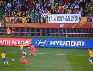 Mensagem divulgada no Twitter com os dizeres Cala boca Galvão foi captada pela televisão