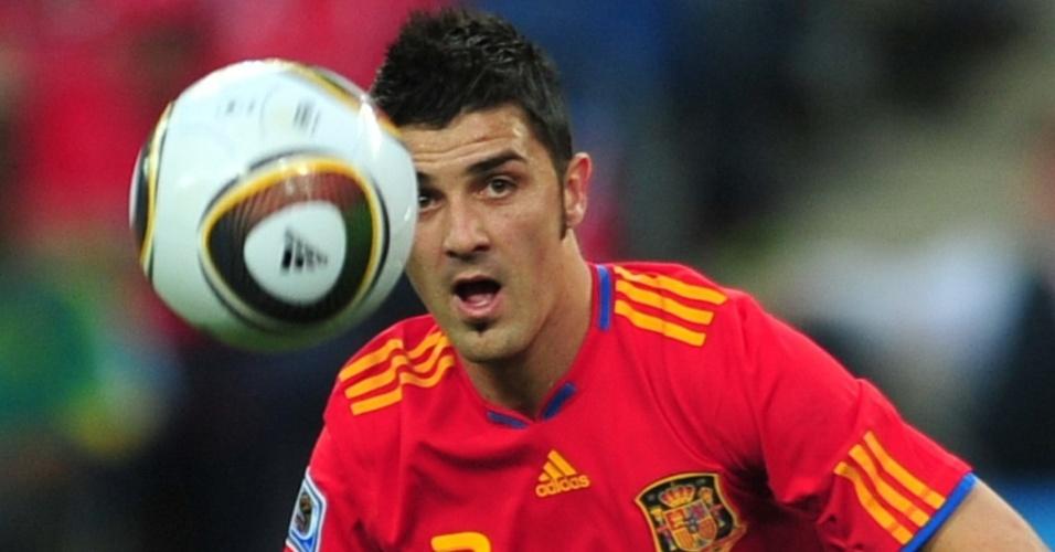 David Villa, atacante da Espanha, observa a bola no jogo contra a Suiça