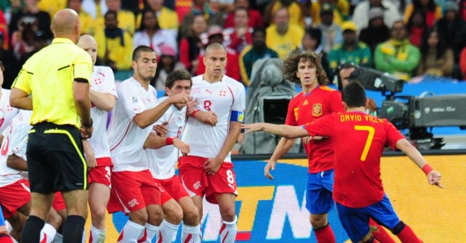 Espanhol David Villa cobra falta em lance da partida contra a Suíça