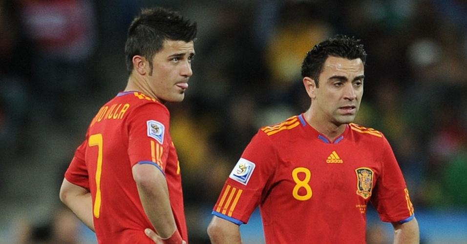 Os espanhóis David Villa e Xavi Hernandez esperam para recomeçar a partida após o gol da Suiça