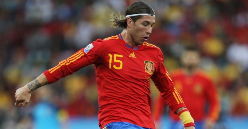 Sergio Ramos, da Espanha, domina a bola durante o jogo contra a Suíça