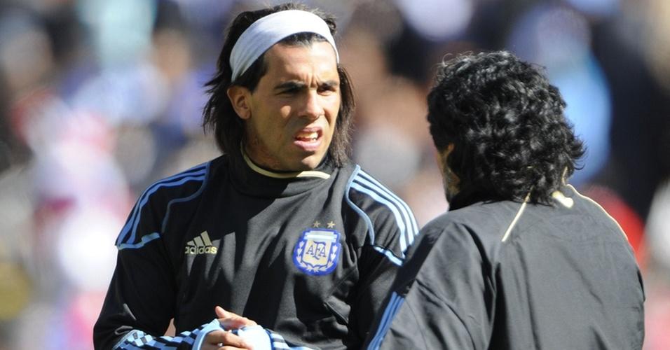 Carlitos Tevez ouve as instruções de Maradona antes do jogo contra a Coreia do Sul