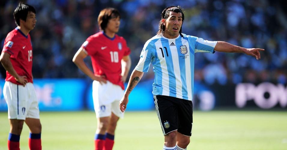 Carlos Tevez gesticula para os seus companheiros no jogo Argentina x Coreia so Sul