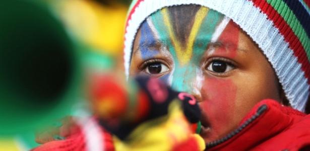 Criança assopra sua vuvuzela na Copa do Mundo na partida entre Argentina e Grécia