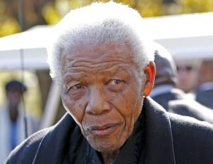 Bastante debilitado, Nelson Mandela compareceu ao funeral de sua bisneta, Zenani, nesta quinta-feira