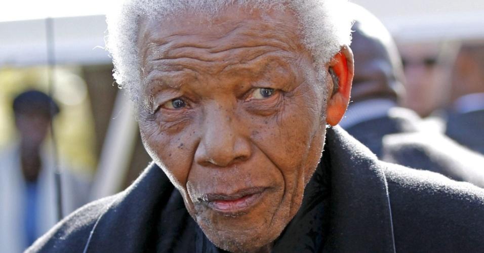 Nelson Mandela comparece ao funeral de sua bisneta