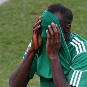 Nigeriano Sani Kaita esconde o rosto ao ser expulso na partida contra a Grécia