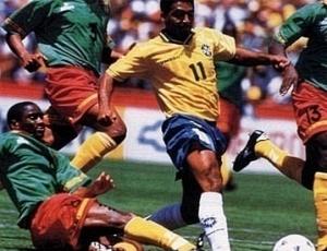 Romário marca gol contra Camarões na Copa de 1994
