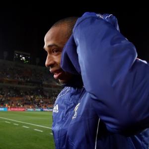 Atacante Thierry Henry chora após a derrota da seleção francesa para o México por 2 a 0