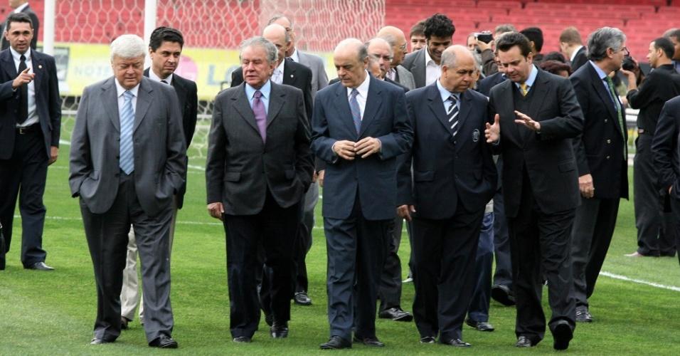 (Da esq. p/ dir.) Teixeira, Juvenal Juvêncio, Serra, Hugo Salcedo (Fifa) e Kassab no Morumbi em 2007