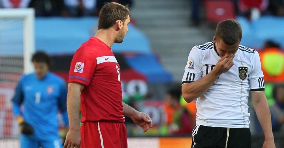 Podolski lamenta pênalti perdido na partida contra a Sérvia