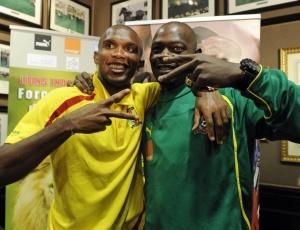 Samuel Eto'o e Achille Emana se abraçam para acabar com rumores de briga na seleção