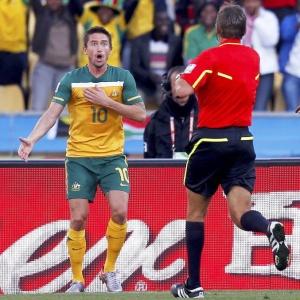 Harry Kewell é expulso pelo árbitro Roberto Rosetti durante o empate entre Austrália e Gana