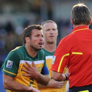 Lucas Neill, da Austrália, reclama com o árbitro após expulsão de Kewell no empate com Gana