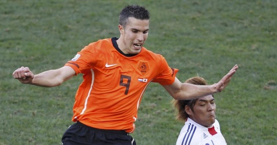 O holandês Van Persie (9) disputa a bola com o japonês Okubo, no confronto entre as duas equipes pela Copa do Mundo