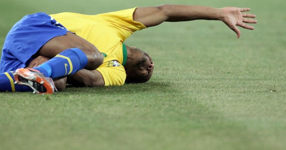 Brasileiro Maicon fica caído no chão após ser atingido por jogador da Costa do Marfim