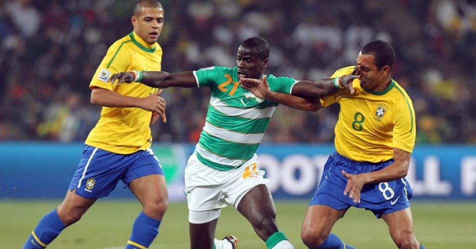 Marfinense Eboué tenta se livrar da marcação dos brasileiros Felipe Melo (e) e Gilberto Silva