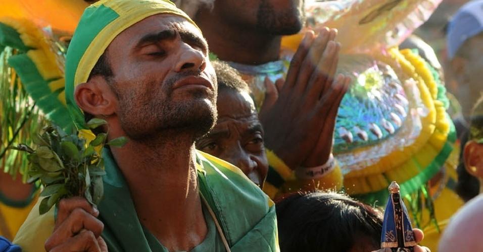 Torcida do Brasil assiste ao jogo contra Costa do Marfim na Arena na praia de Copacabana