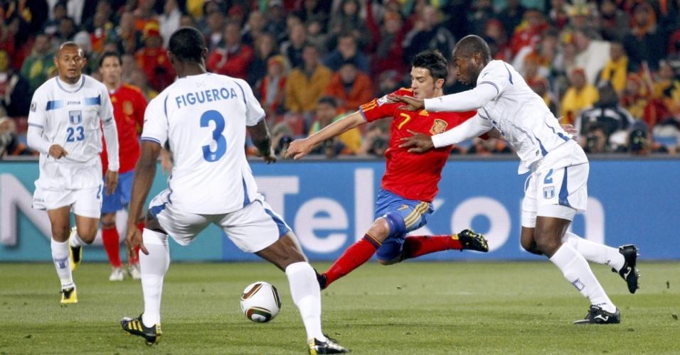 David Villa abre espaço entre os marcadores hondurenhos, chuta forte e abre o placar para a Espanha