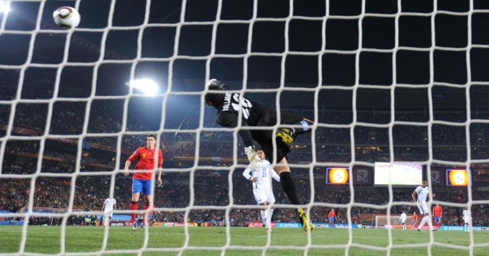 David Villa (fora da foto) dispara um forte chute de longe e abre o placar para a Espanha contra Honduras