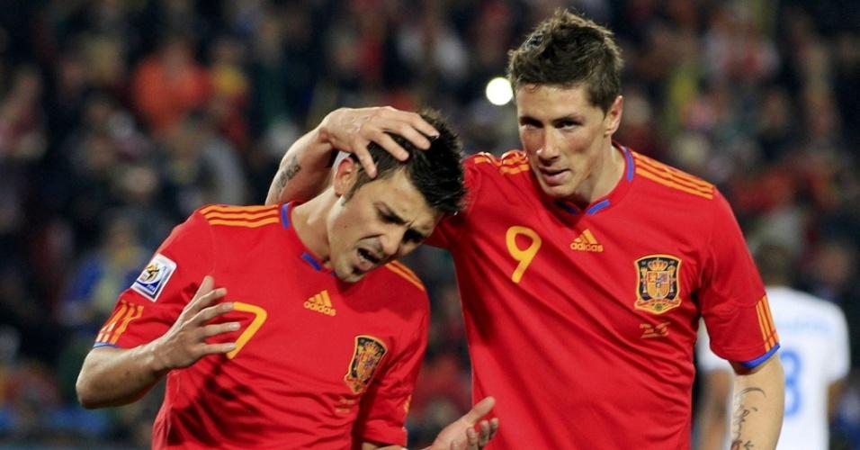 Espanhol David Villa (e) é consolado pelo companheiro Fernando Torres ao perder um pênalti contra Honduras