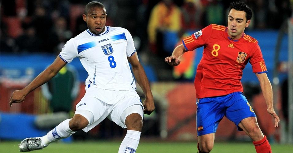 Xavi Hernandez (d) disputa a bola com Wilson Palacios no jogo Espanha x Honduras