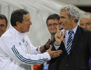 Parreira tenta cumprimentar o treinador Domenech, que se recusa a apertar a mão do técnico brasileiro
