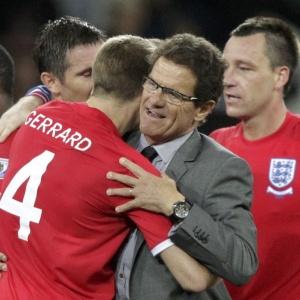Fabio Capello é abraçado por Frank Lampard e pelo capitão inglês Steven Gerrard após vitória