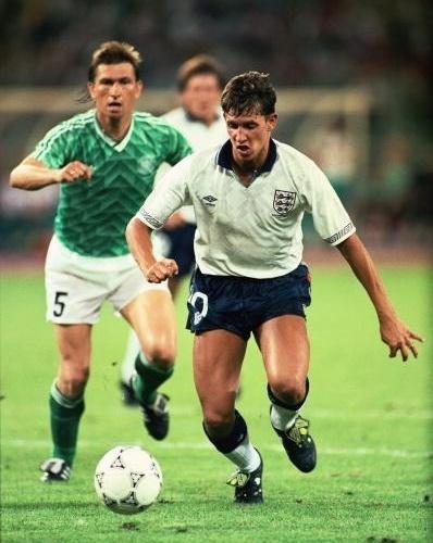 Lineker carrega a bola observado por Augenthaler em jogo entre Inglaterra e Alemanha, na Copa de 1990