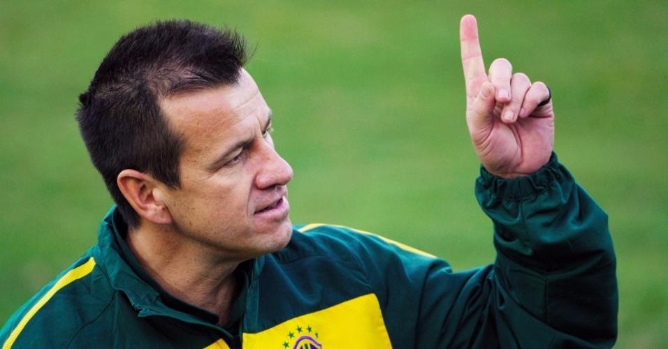 Dunga faz gesto em treino da seleção brasileira na cidade de Durban