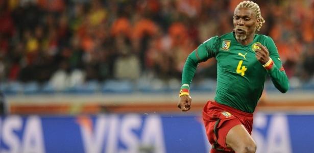 Rigobert Song em ação por Camarões na Copa de 2010; ex-zagueiro levou susto - Carl de Souza