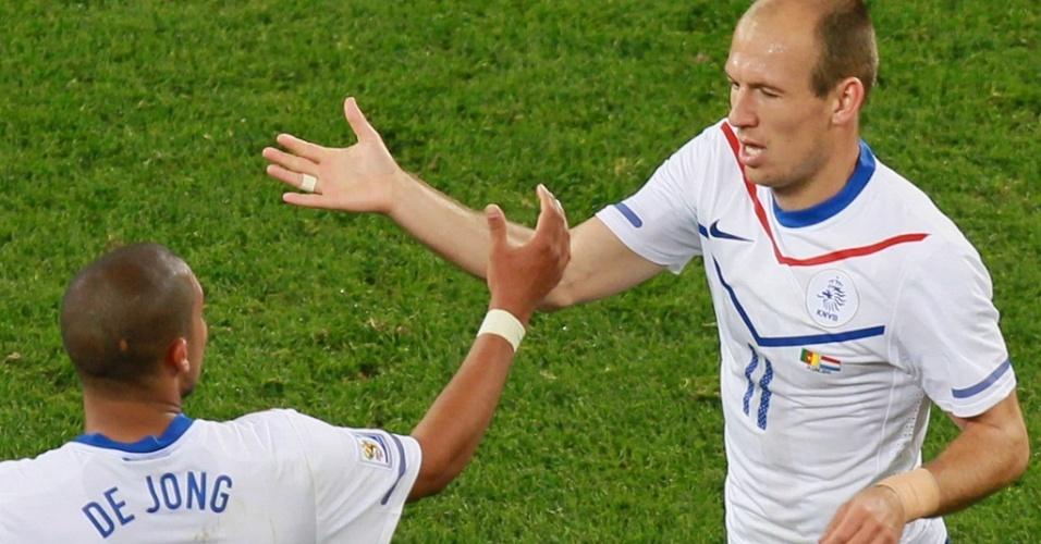 Robben (11) cumprimenta De Jong após o segundo gol da Holanda sobre Camarões