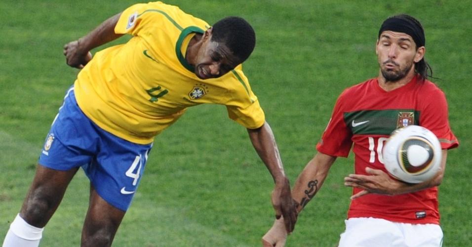 Danny, à direita, disputa a bola com Juan no jogo Portugal x Brasil