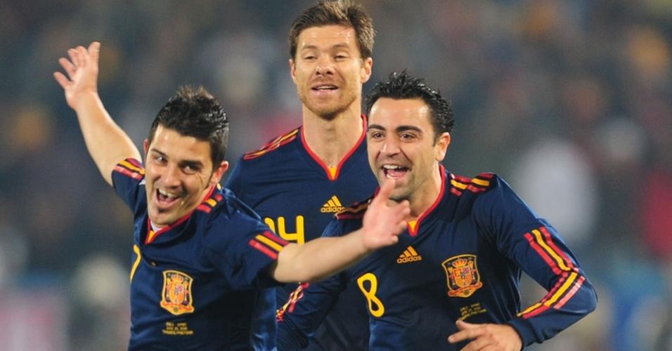 David Villa comemora primeiro gol da Espanha ao lado de Xabi Alonso e Xavi Hernández