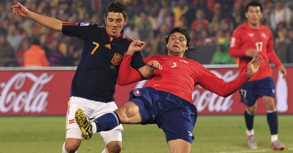 David Villa disputa bola com Waldo Ponce na vitória da Espanha sobre o Chile, pela última rodada do grupo H da Copa