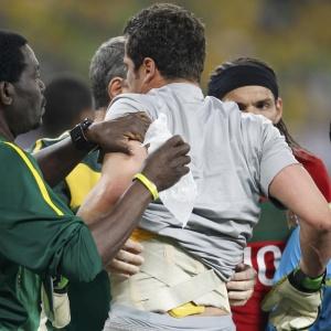 Com uma proteção nas costas, goleiro Julio Cesar é atendido pela equipe médica da seleção brasileira