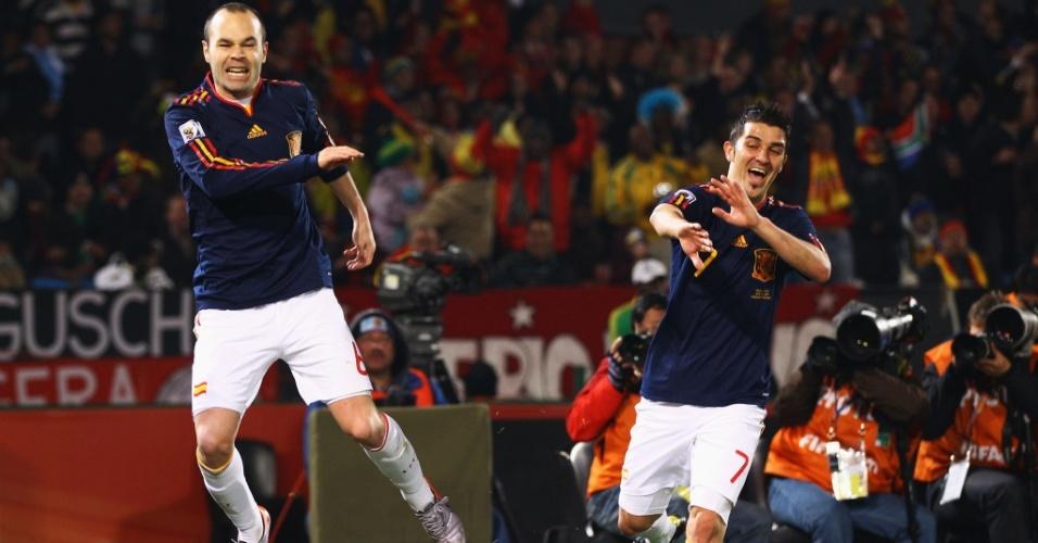 Sob o olhar de Villa (d), Iniesta comemora ao marcar o segundo gol da Espanha contra o Chile